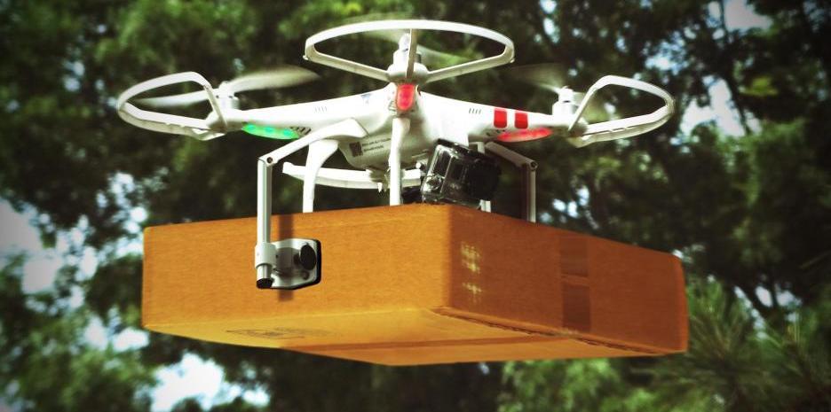 Drohne mit Paket in Logistik