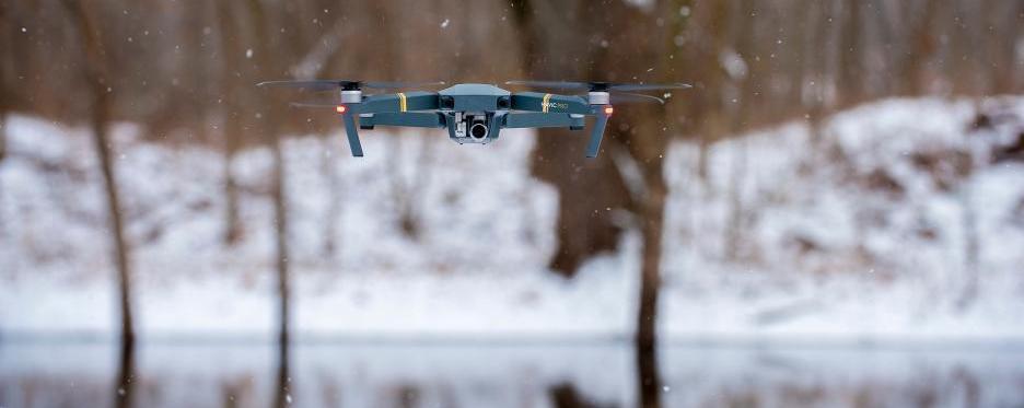 Drohne Flug bei Schnee