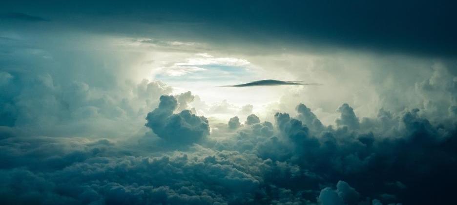 Drohne bei Regen und Sturm fliegen